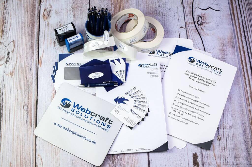 Mauspad, Stempel, Briefumschläge, Visitenkarten und -umschläge, Aufkleber, Präsentationsmappen, Tassen, Stifte, Adressaufkleber